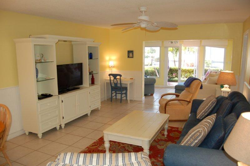 Sunset Royale - 118- Bright and Beachy Across from Siesta Beach!