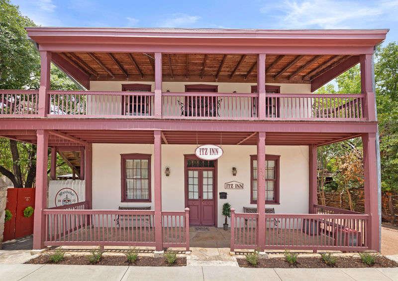 Itz Inn  Front Balcony Suite