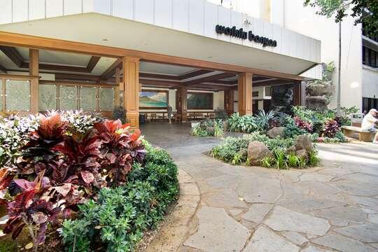 Large and inviting entrance to the Waikiki Banyan