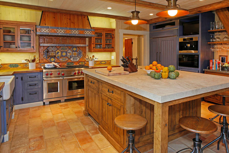 Country Kitchen with upscale amenties