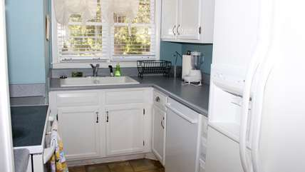 There is a side by side refrigerator and is very well equipped.