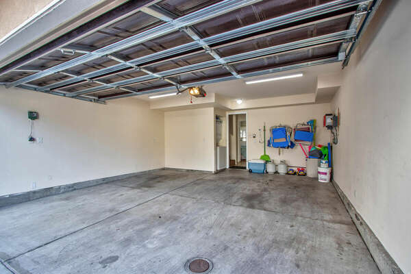 Spacious Garage with Washer/Dryer and Beach Gear
