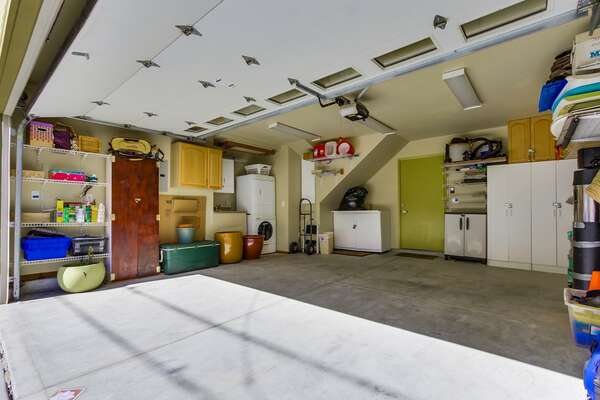 Side by side garage with washer dryer