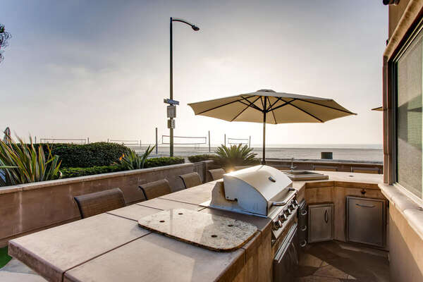 Outdoor Dining & Built-In Outdoor Kitchen Island with BBQ Grill