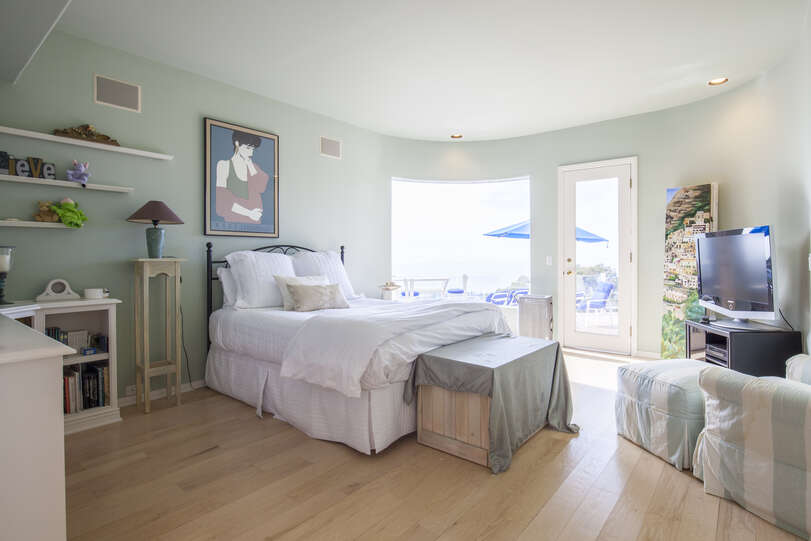 Green bedroom with access to BBQ/Dining patio and beautiful views