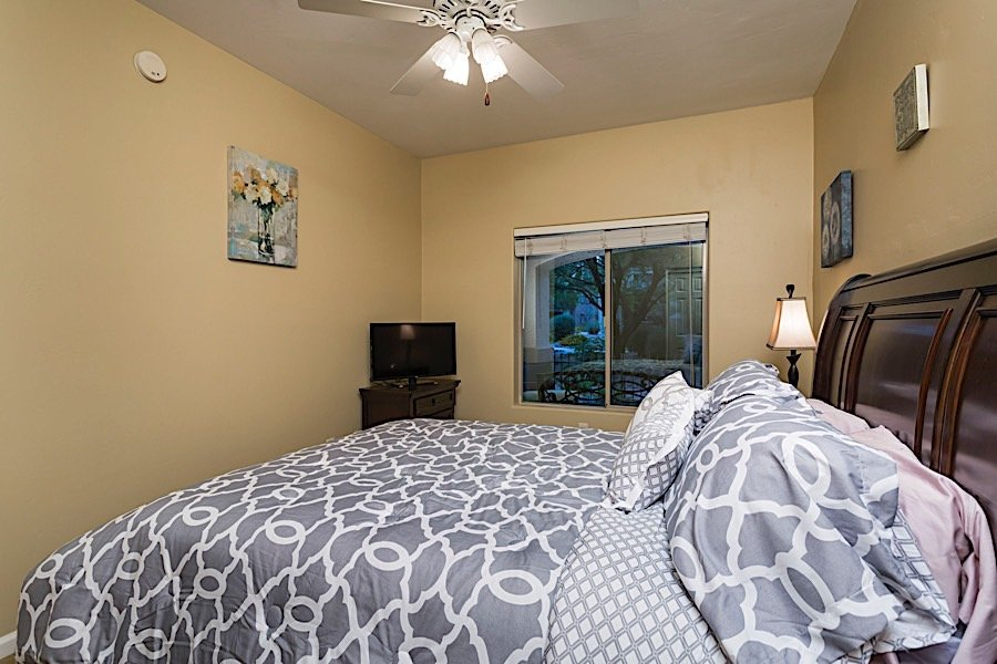 Guest bedroom - Queen size bed and flat screen TV