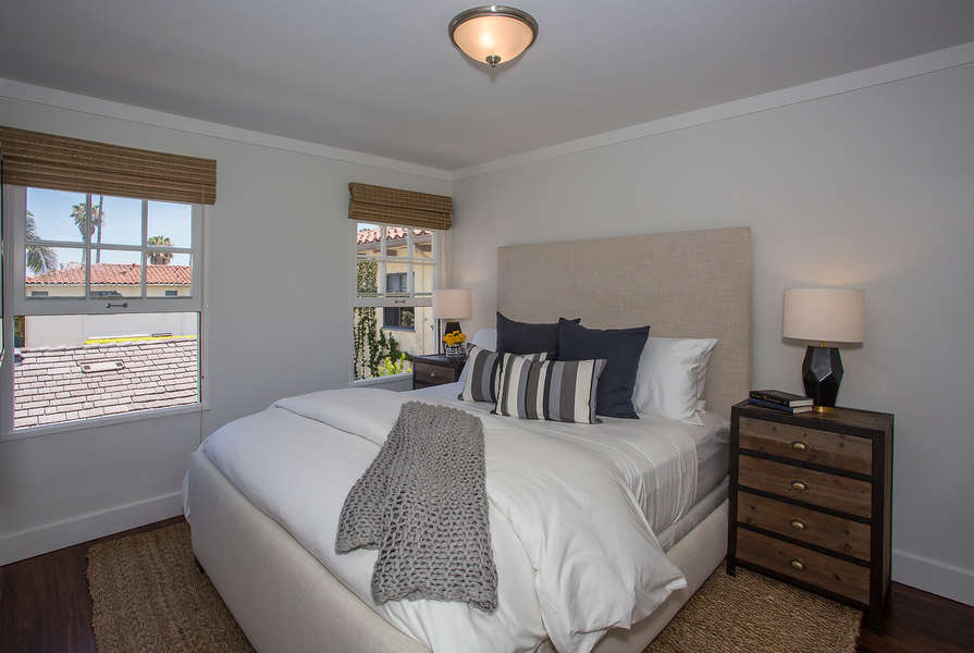 Master Bedroom w/king-sizse bed
