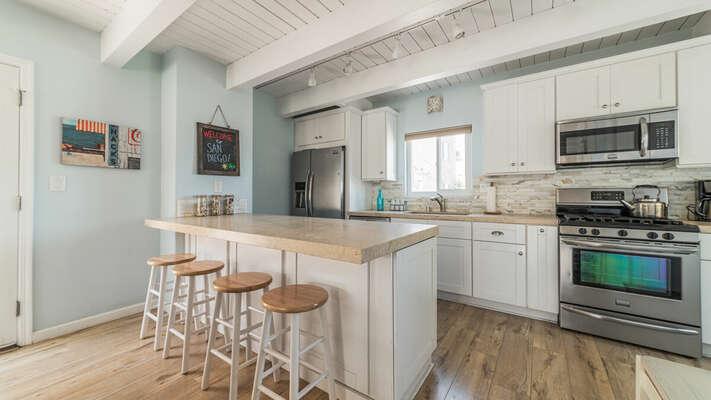 Kitchen with breakfast bar - Second Floor