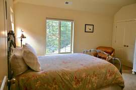 Queen Bedroom (upstairs)