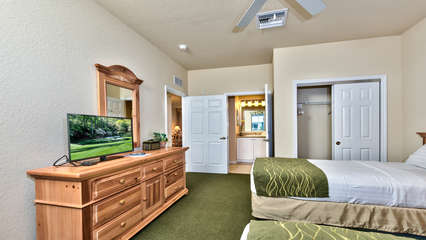 Twin Bedroom with Flat Screen TV, Fan, and Entrance to 2nd Bathroom! Perfect for Kids or Singles!