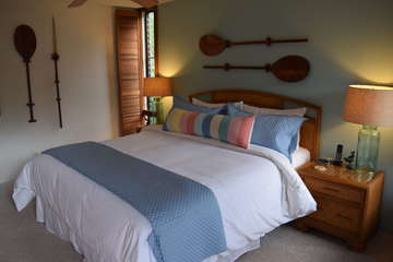Island decor throughout bedroom