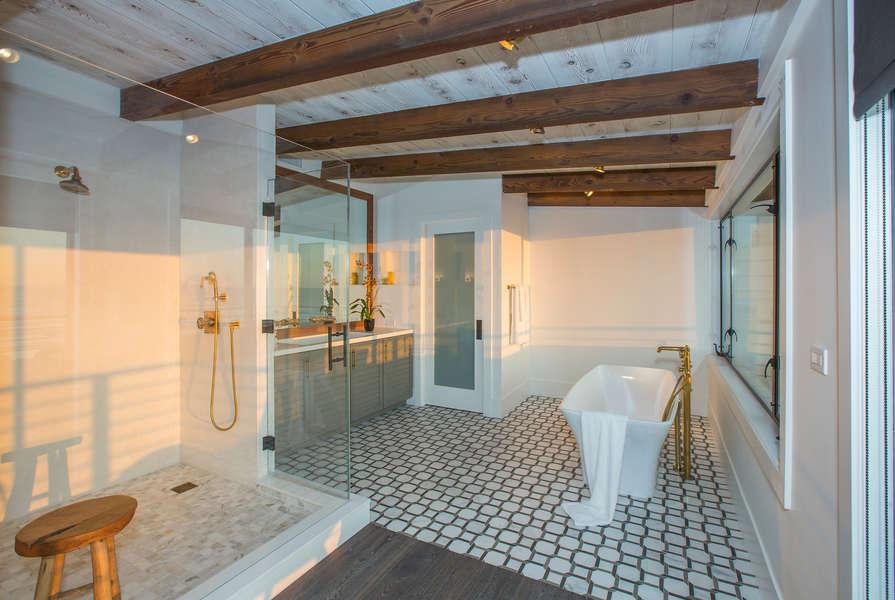 Master Bathroom w/soaking tub