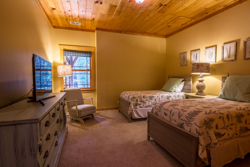 Downstairs bedroom with 2 twin beds