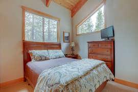 Queen Bedroom - Upstairs
