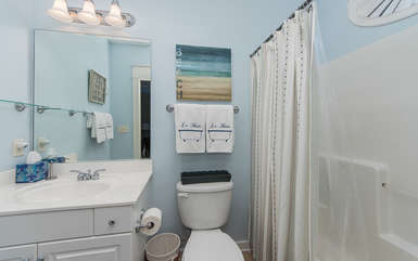 Queen Bedroom ensuite Bath with Tub / Shower