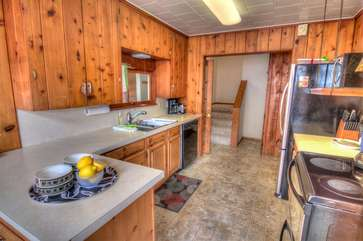 Bright well-equipped kitchen, with country style.
