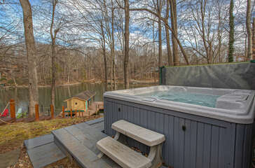 Hot-Tub Overlooking Lake