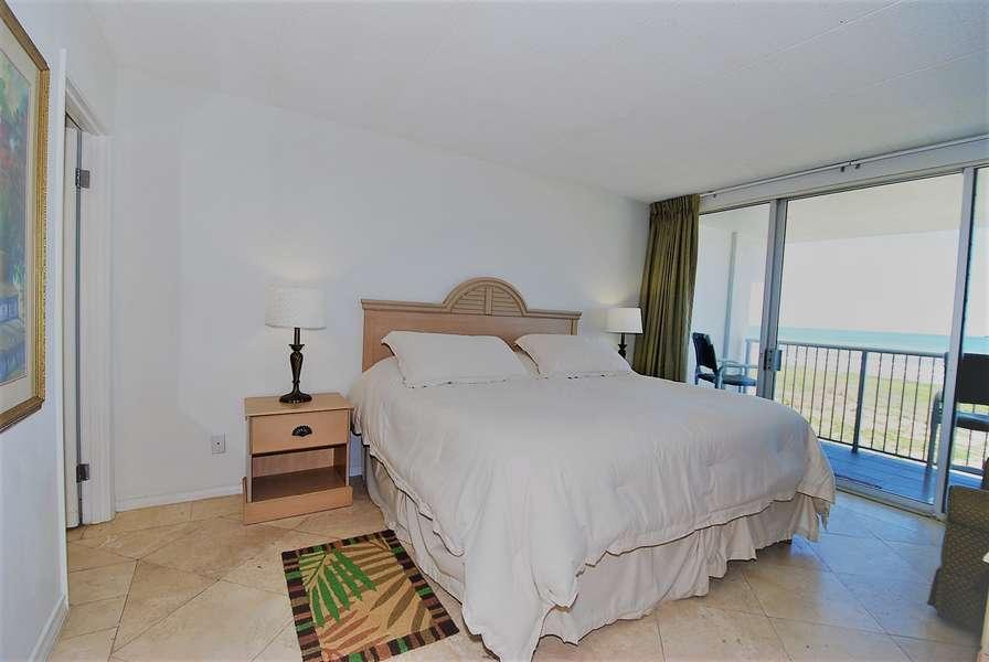 Masker Bedroom; King size bed
