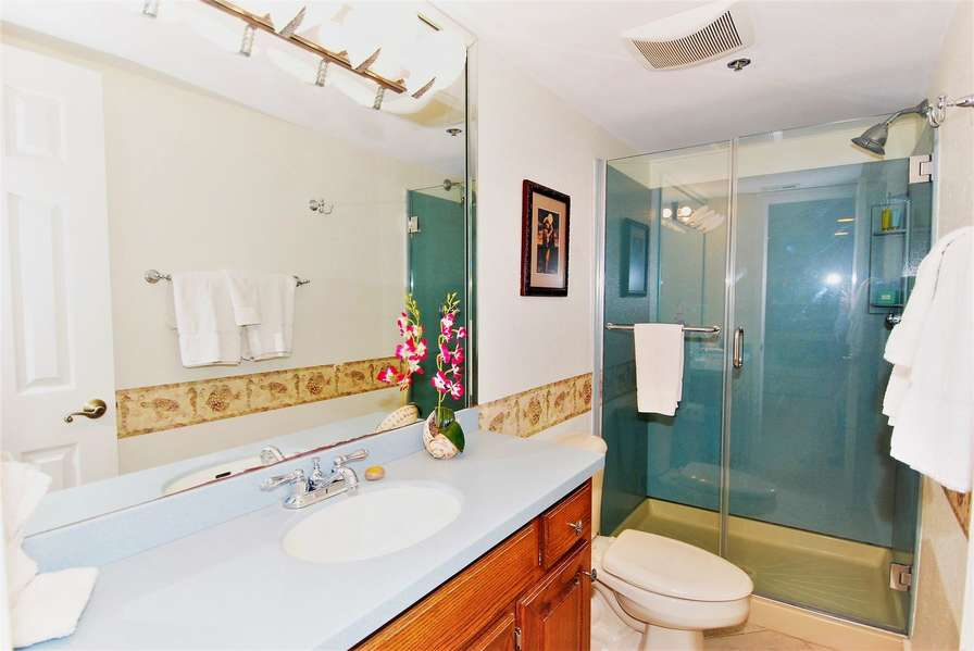 Guest bath located off hallway