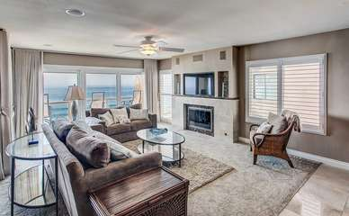 The oceanfront living room with pull out sofa.