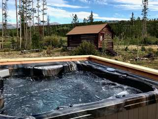 Brand New Luxury hot tub with unparalleled views. Spa towels provided.
