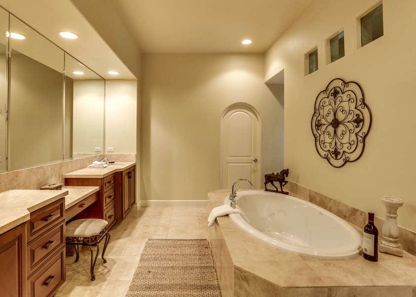 Master en suite bath with large tub and walk-in shower with dual shower heads