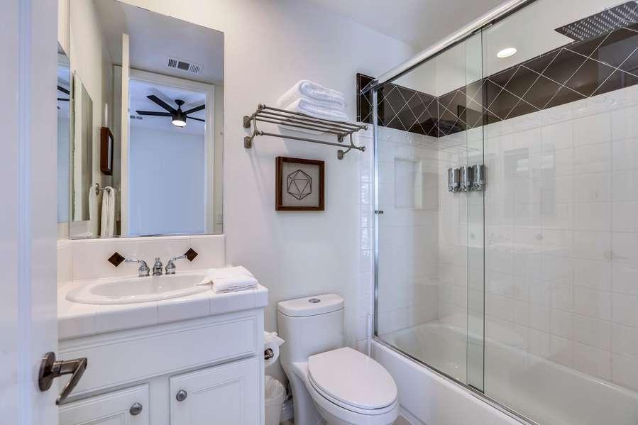 Detached casita en suite with shower/tub combo