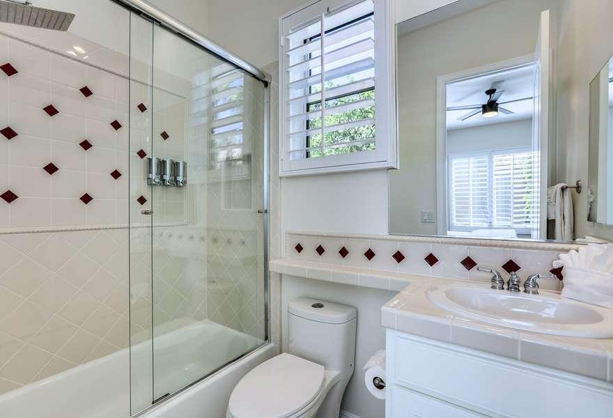 Guest bedroom 3 en suite with shower/tub combo