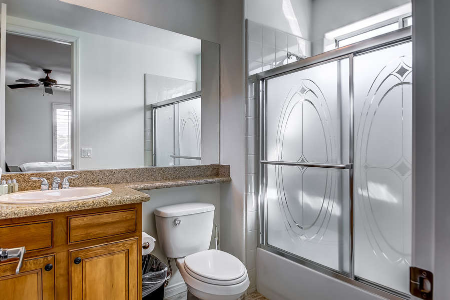 Upstairs guest bedroom 5 en suite bath with shower/tub combo