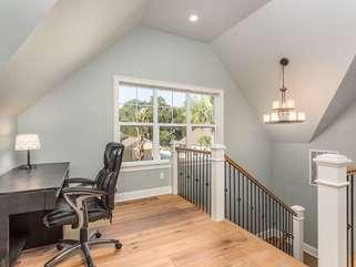Upstairs office area/loft area