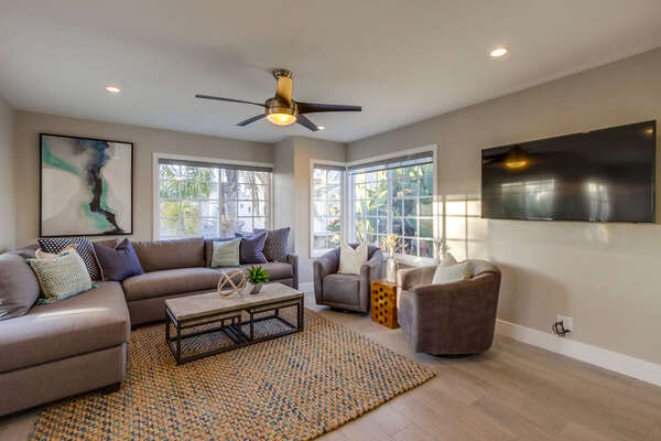 Comfortable living room with flat screen TV (2nd floor)