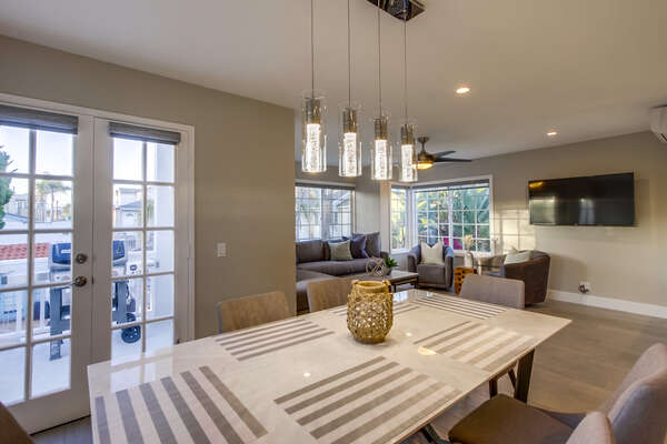 Indoor Dining room (seats 6) with access to the BBQ grill on outdoor deck.(2nd floor)