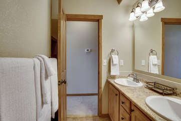 Guest Full Bath with Granite Countertops, linens provided