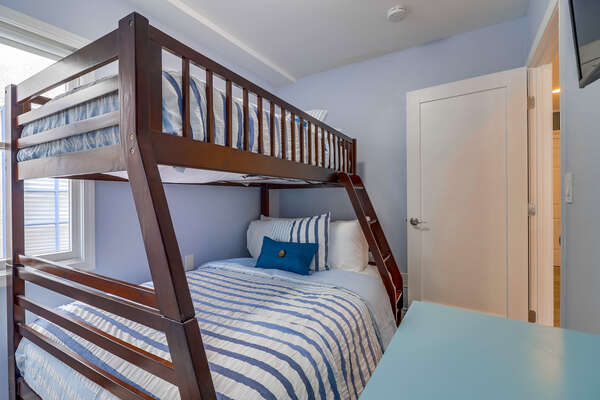 Guest Bedroom 2- Twin/Full Bunk beds
