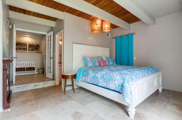 Ground floor master suite: King bed, access to patio, en suite bathroom