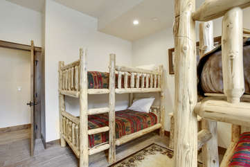Great bunkroom with 4 twin beds