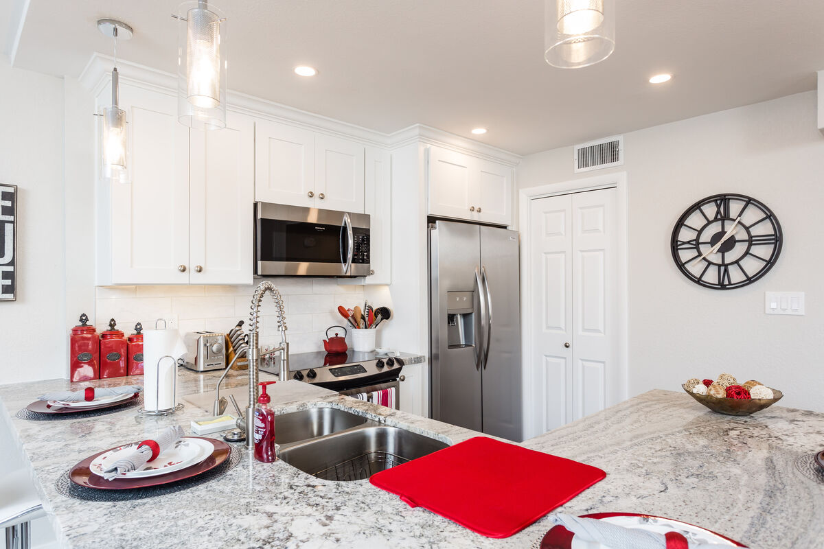 Granite counter tops in fully upgraded kitchen