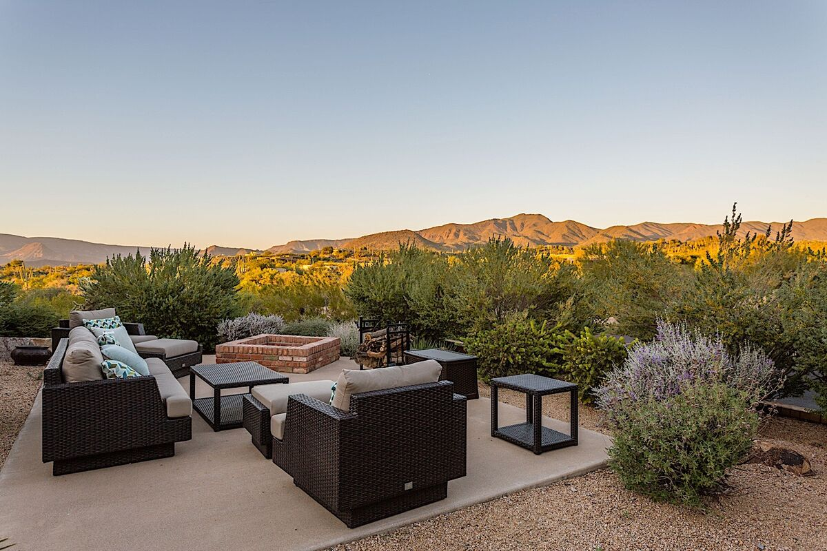 Gorgeous Desert Views - Shared Lounge & Firepit Area