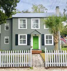 Exterior Quarterman's Cottage walking distance to the Beach