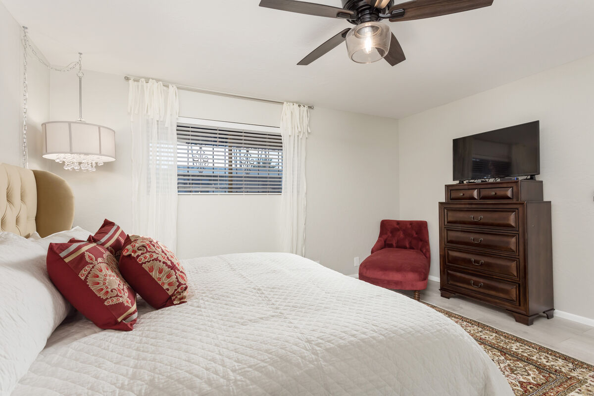 Master Bedroom - King Sized Bed - Flat Screen HD Smart TV