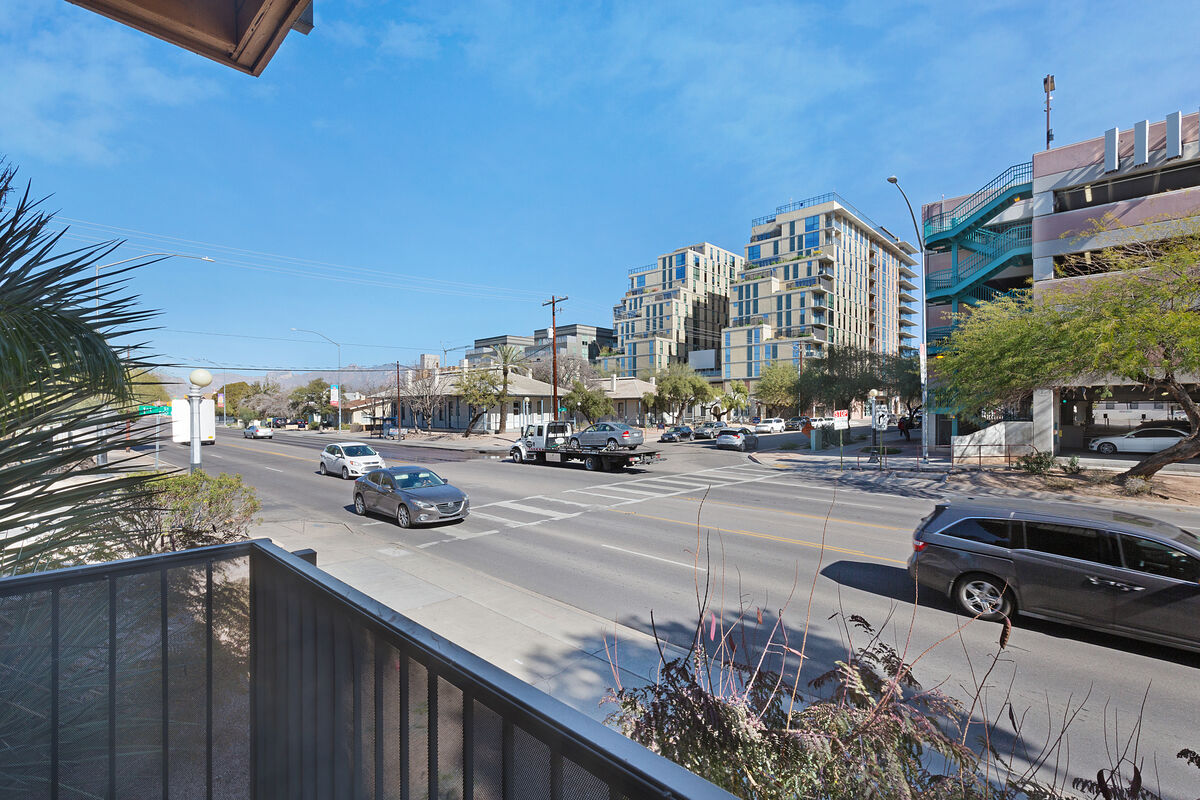 Great views of the Tucson city life. Right in the heart of the University district!