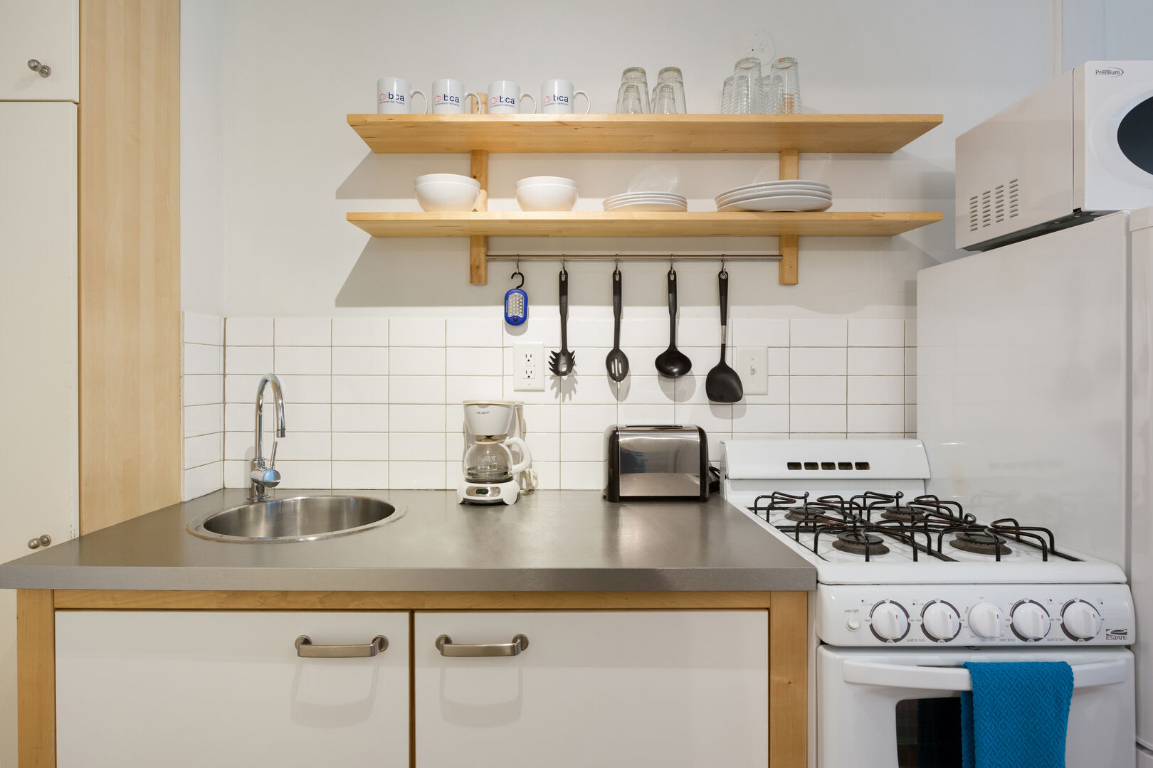 Fully Equipped Kitchen - Corporate Housing - Cool Classic Studios On 25th