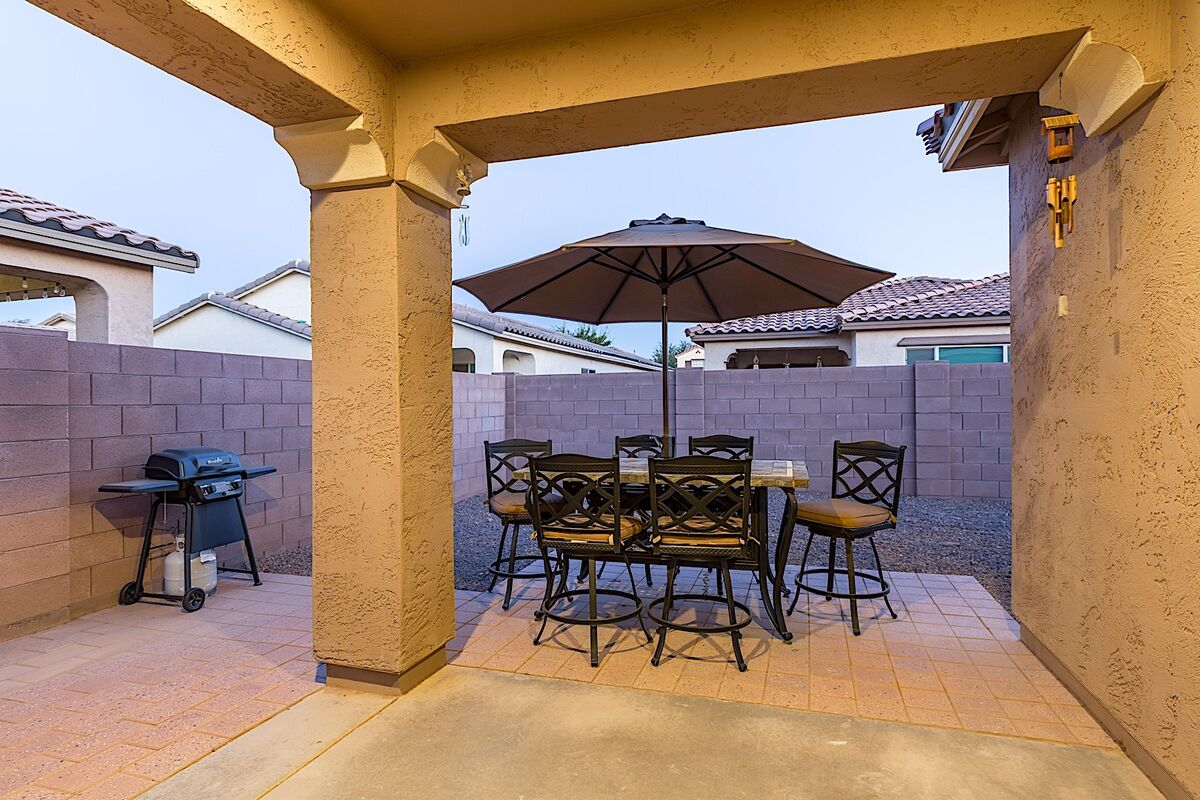 Hightop patio seating for 6 with umbrella for shade
