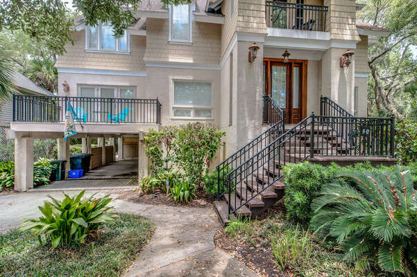 The front porch is elevated and requires stairs for entry. The access method is keyless entry which makes for direct check-in / check-out and convenient key-free stay!