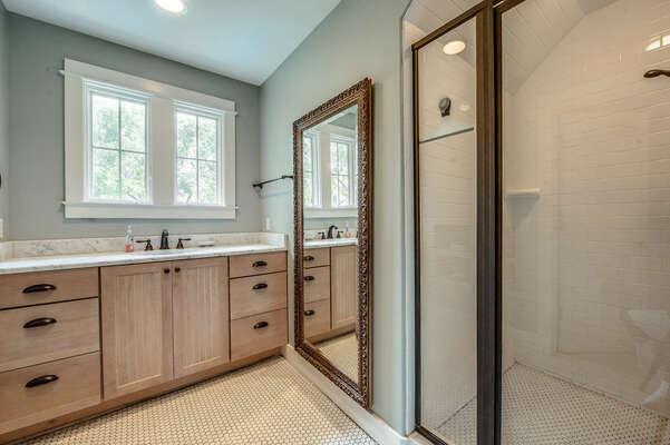 En suite bath for bedroom 6
