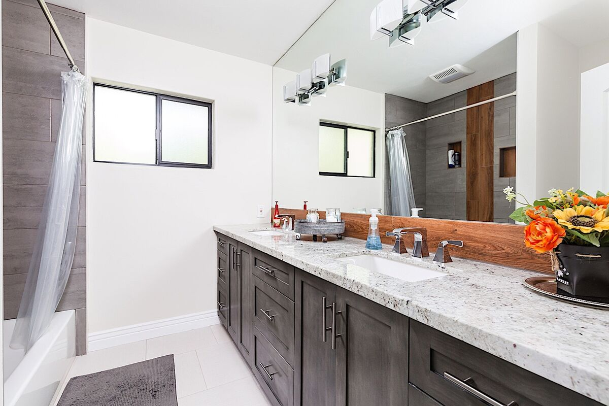 Guest bathroom - Tub/shower combo with dual sinks