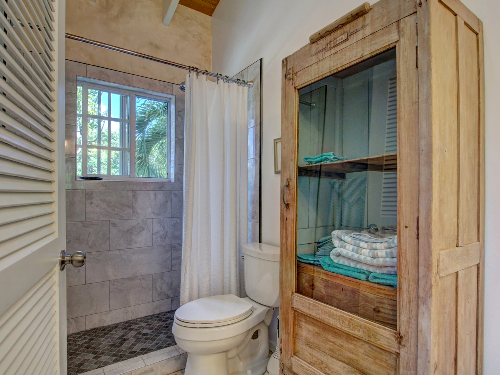 Bathroom with natural light and Caribbean Vegetation