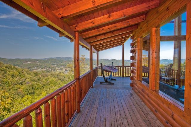 This Gatlinburg TN vacation rental has a wrap around outdoor balcony