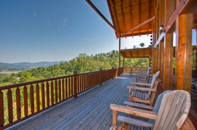 This Gatlinburg TN vacation rental offers outdoor seating with a mountain view