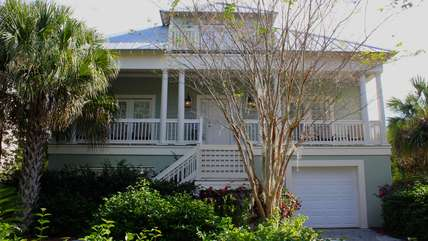 This great Village of Seabrook home is also close to the Lake House, tennis, marina & shopping.